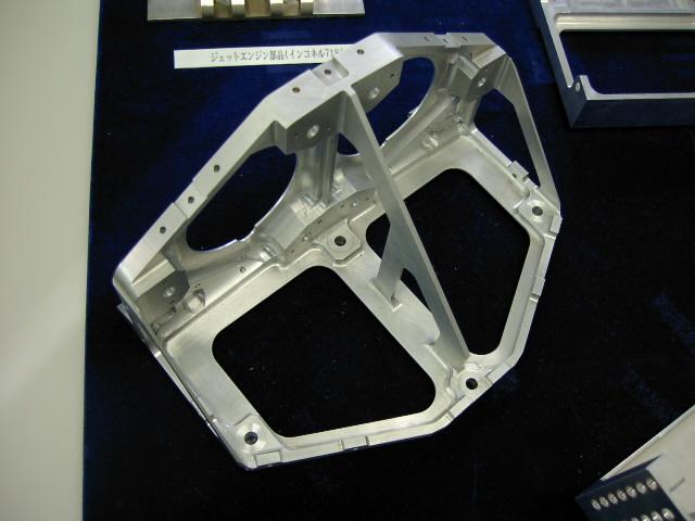 クランプが難しい 人工衛星のアルミ(A7075)削り出し部品